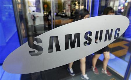Students walk out of a showroom at the headquarters of Samsung Electronics in Seoul October 28, 2011.  REUTERS/Jo Yong-Hak