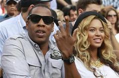 O rapper Jay-Z e sua esposa, a cantora Beyoncé, assistem a um jogo de tênis entre Novak Djokovic e Rafael Nadal, em Nova York, nos Estados Unidos, em setembro do ano passado. 15/09/2011 REUTERS/Lucy Nicholson
