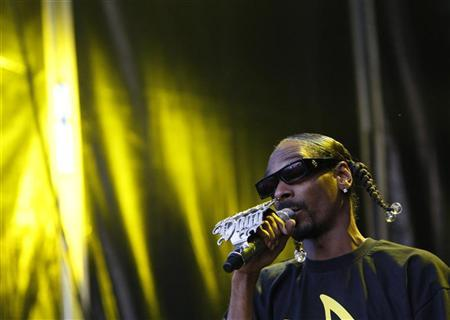 U.S. rapper Snoop Dogg performs on stage during the Balaton Sound music festival in Zamardi, 110 km (68 miles) west of Budapest, July 7, 2011.   REUTERS/Bernadett Szabo