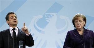 Президент Франции Николя Саркози и канцлер Германии Ангела Меркель на пресс-конференции в Берлине 9 января 2012 года. Германия и Франция в понедельник предупредили Грецию, что она не получит новую финансовую помощь, пока не договорится с банками-кредиторами об облигационных свопах, и потребовали срочного соглашения о предотвращении возможного дефолта наиболее обремененной долгами нации еврозоны. REUTERS/Fabrizio Bensch