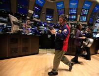 Трейдеры в зале Нью-Йоркской фондовой биржи 4 января 2012 года. Американские акции незначительно выросли в понедельник, так как инвесторы сохраняют осторожность перед публикацией корпоративных отчетов и в ожидании ключевых событий в Европе на этой неделе. REUTERS/Brendan McDermid