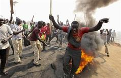 Demonstrators gather at a burning barricade during a protest against the elimination of a popular fuel subsidy that has doubled the price of petrol, at Gwagwalada on the outskirts of Nigeria's capital Abuja January 9, 2012.  REUTERS/Afolabi Sotunde