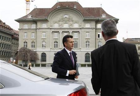 Philipp Hildebrand arrives in front of the Swiss National Bank building (back) for a news conference in Bern January 9, 2012. REUTERS/Michael Buholzer
