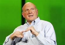 <p>Steve Ballmer, directeur général de Microsoft. Le géant du logiciel a vendu plus de 18 millions de Kinect, un peu plus d'un an après le lancement de ce système de jeu à capture de mouvements pour console Xbox. /Photo prise le 9 janvier 2012/REUTERS/Rick Wilking</p>