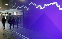 Экран с котировкой на фондовой бирже в Праге 14 декабря 2011 года. Европейские акции растут во вторник благодаря горнорудным компаниям, так как превысившие прогнозы результаты Alcoa укрепили надежды инвесторов на хороший спрос на сырье. REUTERS/David W Cerny