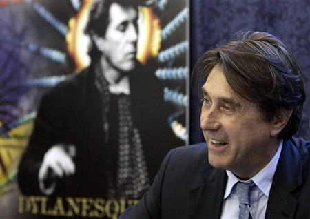 Singer Bryan Ferry, solo artist and former frontman for Roxy Music, smiles during an autograph session in New York, June 27, 2007. REUTERS/Shannon Stapleton