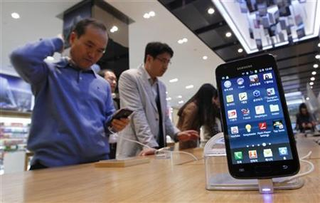 Customers look at Samsung Electronics' Galaxy S II LTE smartphones on display at a shop at the company's headquarters in Seoul October 28, 2011.  REUTERS/Jo Yong-Hak