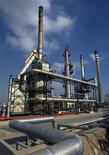 Вид на НПЗ Repsol YPF в Картахене 29 января 2008 года. Стоимость нефти сорта Brent опустилась ниже $113 за баррель в среду, так как долговой кризис Европы и прогнозы роста запасов в США перевесили опасения о возможном срыве поставок из Ирана и Нигерии. REUTERS/Francisco Bonilla