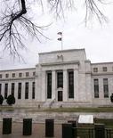 Здание Федеральной резервной системы США в Вашингтоне. Фотография сделана 16 декабря 2008 года. Дополнительная помощь экономике США может быть необходима, несмотря на последние данные, подтвердившие, что восстановление набирает силу, считают представители ФРС. REUTERS/Stelios Varias