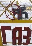 """Слово """"газ"""" на ограждении газораспределительной станции в Минске. Фотография сделана 9 января 2009 года. Цена на российский газ для Украины в первом квартале 2012 года выросла до $416 за 1.000 кубометров с $400 в четвертом квартале прошлого года, сказал Рейтер источник в украинском правительстве. REUTERS/Vladimir Nikolsky"""