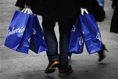 Мужчина с покупками идет по Оксфорд-стрит в Лондоне 23 декабря 2011 года. Экономика Великобритании рискует скатиться в рецессию в первой половине 2012 года, а превысившие ожидания розничные продажи на Рождество вряд ли дадут серьезную передышку ритейлерам страны, поскольку основной причиной недавнего наплыва покупателей в магазины стали значительные предпраздничные скидки. REUTERS/Finbarr O'Reilly