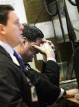 Трейдеры в зале Нью-Йоркской фондовой биржи 10 января 2012 года. Фондовые индексы США показали небольшое снижение в начале торгов среды после роста до максимумов 5 месяцев во вторник на фоне давления на единую европейскую валюту, несмотря на то, что в последнее время рынок акций США становится все менее зависим от положения дел в Европе. REUTERS/Brendan McDermid