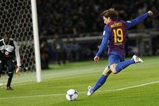 Maxwell, do time espanhol Barcelona, chuta para o gol contra o time Al Sadd, do Qatar, durante a semi-final de partida em Yokohama, sul de Tokyo, em 15 de dezembro de 2011. Maxwell está autorizado a negociar salários com o Paris St Germain. 15/12/2011 REUTERS/Kim Kyung-Hoon