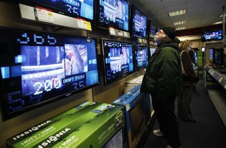 People shop for  televisions and other electronics in a store in New York, February 18, 2010. REUTERS /Natalie Behring