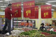 Супермаркет в городе Вухань провинции Хубэй 9 декабря 2011 года. Инфляция в Китае замедлилась в декабре до 4,1 процента в годовом исчислении, минимального значения за 15 месяцев, давая правительству больше пространства для смещения фокуса политики от сдерживания цен к поддержанию экономического роста. REUTERS/Stringer