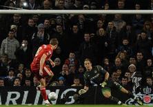 """Стивен Джеррард реализует пенальти в матче против """"Манчестер Сити"""" 11 января 2012 года. """"Манчестер Сити"""" потерпел в среду третье поражение в последних четырех матчах, уступив дома с минимальным счетом """"Ливерпулю"""". REUTERS Nigel Roddis"""