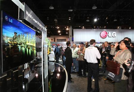 Showgoers look at a display of 55-inch 3D OLED televisions at the LG Electronics booth during the 2012 International Consumer Electronics Show (CES) in Las Vegas, Nevada January 10, 2012. CES, the world's largest consumer technology tradeshow, runs January 10-13. REUTERS/Steve Marcus