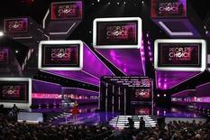 """Кейли Куоко ведет церемонию вручения наград People's Choice в Лос-Анджелесе 11 января 2012 года. Последняя часть фильма""""Гарри Поттер"""" и певица Кэти Перри получили больше всего наград на прошедшей в среду церемонии вручения премии People's Choice, знаменующей начало сезона вручения наград в Голливуде. REUTERS/Mario Anzuoni"""
