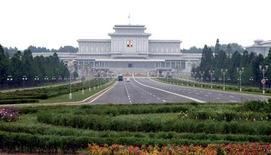 Мемориальный дворец Кымсусан в Пхеньяне 7 июля 2011 года. Тело бывшего лидера Северной Кореи Ким Чен Ира будет помещено в мавзолей рядом с останками его отца Ким Ир Сена, сообщил секретариат КНДР. REUTERS/KCNA