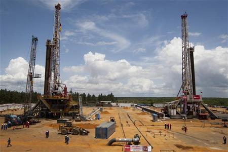 Employees work on drilling rigs at an oil well operated by Venezuela's state oil company PDVSA in Morichal July 28, 2011. REUTERS/Carlos Garcia Rawlins