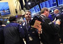 Трейдеры на торгах Нью-Йоркской фондовой биржи 10 января 2012 года. Рынок акций США открылся ростом в четверг после воодушевляющих результатов долговых аукционов Испании и Италии, хотя разочаровывающие данные о рынке труда могут ограничить сегодняшний подъем. REUTERS/Brendan McDermid