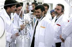 Президент Ирана Махмуд Ахмадинежад (в центре) на заводе по обогащению урана в Натанце 8 апреля 2008 года. Иран, объявивший об открытии нового завода по производству урана 20-процентного обогащения, всего через год может выработать его в количестве, достаточном для создания ядерной бомбы, считает бывший инспектор МАГАТЭ Олли Хейнонен. REUTERS/Presidential official website/Handout