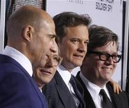 """Diretor Tomas Alfredson posa com membros do elenco (D-E) Mark Strong, Gary Oldman e Colin Firth na estreia em Los Angeles de seu filme """"O Espião que Sabia Demais"""" em Hollywood em 6 de Dezembro de 2011. REUTERS/Fred Prouser"""