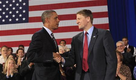 U.S. President Barack Obama shakes hands with Richard Cordray (R) after appointing him to head  the Consumer Financial Protection Bureau during a trip to Cleveland, Ohio January 4, 2012.   REUTERS/Kevin Lamarque