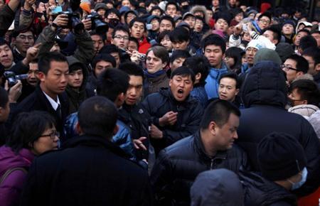 1月13日、中国・北京市内のアップルストアで、米アップルの「iPhone(アイフォーン)4S」の発売中止を知らされ激怒した客らが、警官らともみ合いになるなどの騒ぎが起きた(2012年 ロイター/David Gray)