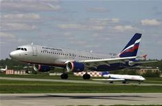 """Airbus A-320 компании Аэрофлот совершает посадку в аэропорту """"Шереметьево"""". Рынок авиаперевозок в 2011 году поставил новый рекорд - пассажиропоток авиакомпаний вырос на 12,5 процента до 64 миллионов человек, следует из сообщения Федерального агентства воздушного транспорта (Росавиации). REUTERS/Stringer/Files"""