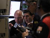 Трейдеры в зале Нью-Йоркской фондовой биржи 5 января 2012 года. Акции в США упали в начале торгов после сообщения высокопоставленного источника в Европе о том, что агентство Standard & Poor's уже в пятницу понизит рейтинги ряда стран еврозоны. REUTERS/Brendan McDermid