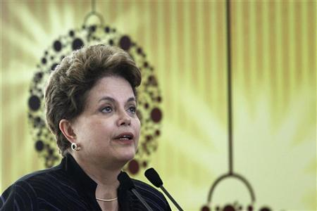 Brazil's President Dilma Rousseff participates in the singing of Christmas carols during a yearend party with members of her staff and employees of Planalto Palace in Brasilia December 16, 2011.  REUTERS/Ueslei Marcelino