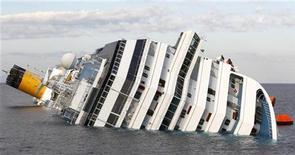 Потерпепвший крушение лайнер Costa Concordia 15 января 2012 года. Оператор круизного лайнера Costa Concordia, потерпевшего крушение у западного побережья Италии в пятницу, обвиняет в крушении капитана, сообщают местные СМИ. REUTERS/Max Rossi