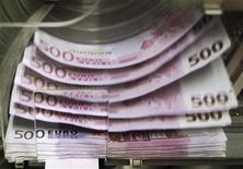 """Купюры номиналом 500 евро в Центробанке Бельгии в Брюсселе 26 октября 2011 года. Один из парламентариев из правящей партии Германии сказал в понедельник, что размер антикризисного фонда Европы нужно сохранить прежним, а страны, чей рейтинг понизило S&P, должны нарастить участие, чтобы сохранить за фондом рейтинг """"ААА"""". REUTERS/Thierry Roge"""
