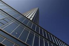 Вид на здание ЕЦБ во Франкфурте-на-Майне 18 сентября 2008 года. Периферийные страны еврозоны на фоне долгового кризиса едва ли смогли повысить ценовую конкурентоспособность и взбодрить экономический рост, свидетельствуют опубликованные в понедельник данные Европейского Центробанка. REUTERS/Alex Grimm