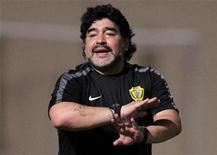 Diego Maradona, treinador do time de futebol Al Wasl de Dubai, gesticula durante amistoso contra o clube Dibba Al Fujairah. Foto de arquivo 08/11/2011   REUTERS/Stringer