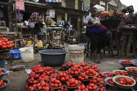 A woman waits for customer at a local food market after the suspension of a nationwide strike by labour unions, in Nigeria's commercial capital Lagos January 16, 2012. REUTERS/Akintunde Akinleye
