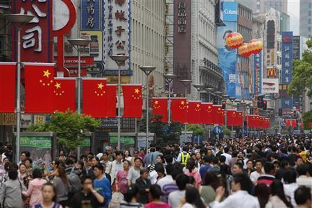 People throng the Nanjing Road shopping district in Shanghai April 30, 2011.  REUTERS/Aly Song