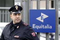 Полицейский у входа в здание Equitalia в Риме 9 декабря 2011 года. Три взрывных устройства сработали у здания государственного агентства по сбору налогов и штрафов Equitalia в Неаполе понедельник вечером - в строении вылетели стекла, но никто не пострадал, сообщил Рейтер представитель полиции. REUTERS/Alessandro Bianchi