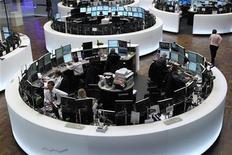 Торговый зал Франкфуртской фондовой биржи 16 января 2012. Европейские рынки акций открылись уверенным повышением котировок во вторник, так как инвесторы отбросили негативный фон снижения агентством S&P кредитного рейтинга фонда EFSF и сосредоточились на позитивных данных о росте экономики Китая. REUTERS/Alex Domanski