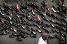 Туфли на улице в финансовой столице Нигерии Лагосе 15 июня 2011 года. Пользовательская база популярного онлайн-продавца обуви Zappos, содержащая более 24 миллионов аккаунтов, была взломана в результате хакерской атаки, говорится в заявлении ритейлера. REUTERS/Akintunde Akinleye