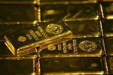 Слитки золота на заводе Germiston в ЮАР 30 мая 2006 года. Золото приближается к концу 10-летнего периода роста, за который цены увеличились в семь раз, и достигнет пика выше $2.000 за унцию между октябрем 2012 года и мартом 2013 года, прогнозирует консалтинговая компания Thomson Reuters GFMS. REUTERS/Siphiwe Sibeko