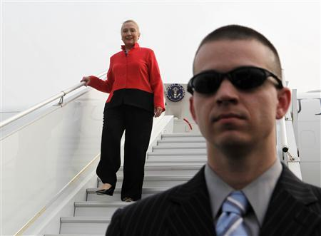 Secretary of State Hillary Clinton disembarks from her jet under the watch of a member of the Air Force Security Forces upon arriving in Lome January 17, 2012.  REUTERS/Larry Downing