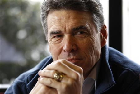 Republican Presidential candidate and Texas Governor Rick Perry sits down for lunch at The Drive-In Restaurant in Florence, South Carolina, January 17, 2012. REUTERS/Jim Young