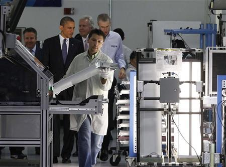U.S. President Barack Obama (2nd L) tours a North Carolina manufacturing facility of energy efficient LED lights, Cree Inc., in Raleigh-Durham, June 13, 2011. REUTERS/Larry Downing