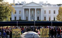 Акция протеста возле Белого дома в Вашингтоне 6 ноября 2011 года. Неизвестный бросил во вторник вечером дымовую шашку на территорию Белого дома в Вашингтоне, сообщил представитель Секретной службы. REUTERS/Joshua Roberts