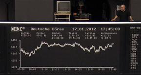 Зал Франкфуртской фондовой биржи 17 января 2012 года. Европейские рынки акций открылись небольшим снижением в среду, так как инвесторы дожидаются новых доказательств улучшения ситуации в еврозоне, прежде чем толкать рынок выше. REUTERS/Remote/Amanda Andersen