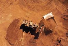 Фотография с месторождения железной руды компании Rio Tinto в Западной Австралии. Крупнейшая в мире горнорудная компания BHP Billiton увеличила производство железной руды на 20 процентов в четвертом квартале 2011 года и прогнозирует рекордную добычу в этом году. REUTERS/Rio Tinto/Handout