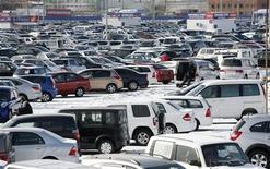 Общий вид на рынок автомобилей в Красноярске, 18 марта 2011 г. Россияне потратили на покупку новых автомобилей в 2011 году 1,911 триллиона рублей ($65,1 миллиарда), увеличив расходы в 1,5 раза, свидетельствуют данные, предоставленные Рейтер аудиторской компанией Ernst&Young. REUTERS/Ilya Naymushin