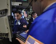 Трейдеры на торгах Нью-Йоркской фондовой биржи 17 января 2012 года. Индекс широкого фондового рынка США S&P снизился в начале торгов среды, так как развеялась надежда на план МВФ поддержать проблемные страны еврозоны. REUTERS/Brendan McDermid